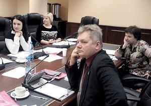 Председатель профкома ТПП «ЛУКОЙЛ-Усинскнефтегаз» Ю. Каршицкий (на первом плане) и другие участники семинара