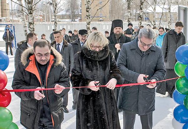 В. Гайзер (справа), Н. Купецкова и К. Бегагаев открывают «Гладиатор»