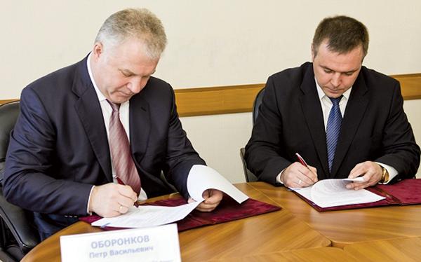 П. Оборонков (слева) и Д. Кирьяков подписывают соглашение