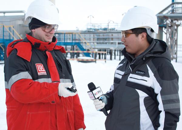 О. Севостьянов демонстрирует корреспонденту пробу нефти