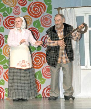 Очень убедительны были на усинской сцене бабка Феня и дед Василий