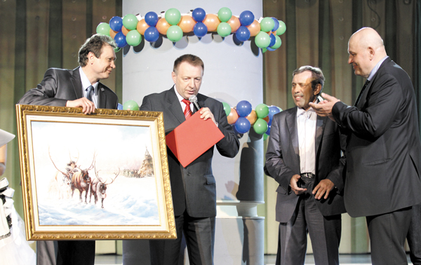 А. Курченко (справа) принимает поздравления и памятные подарки от представителей «ЛУКОЙЛ-Коми» и «РН – Северная нефть»