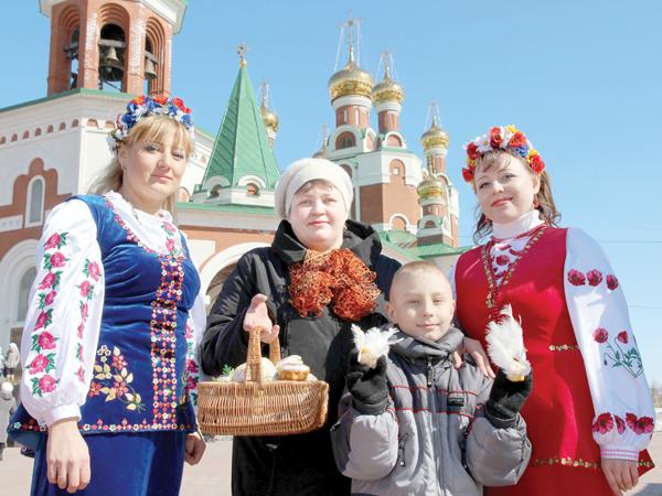 Н. Щемелева с Егором и артистами ансамбля «Червона калина»