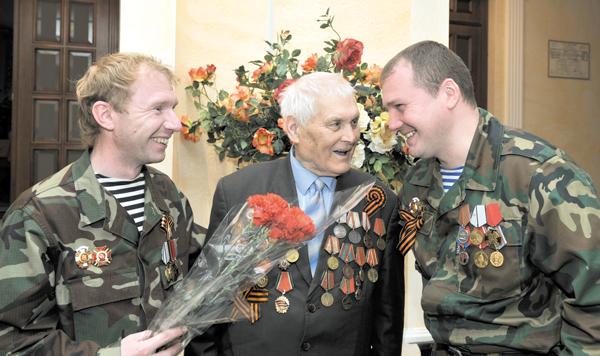 Участники концерта А. Ваняшин (справа) и В. Иванов беседуют с фронтовиком Ш. Ф. Юмагуловым