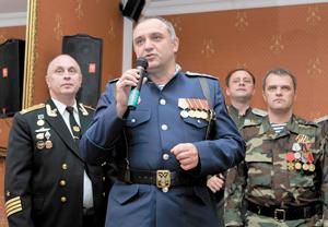 Виновников торжества поздравляет атаман станицы «Усинская» В. Клюпа