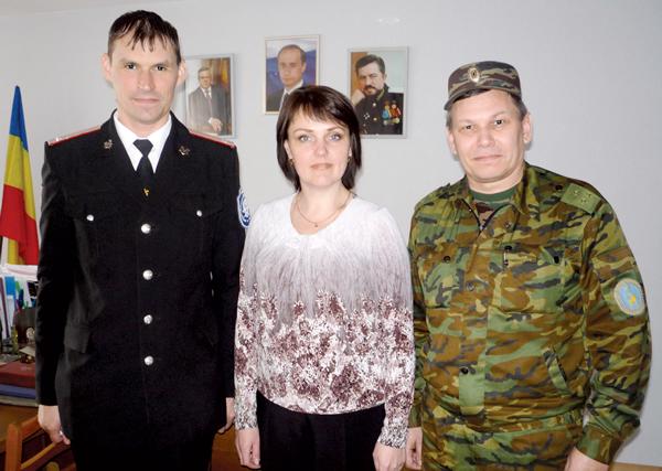 А. Тиранов (слева), О. Чуркина и В. Диденко в Белокалитвинском кадетском казачьем корпусе