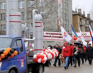 Колонна нефтепереработчиков на параде в Ухте