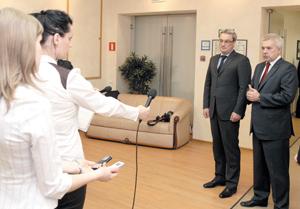 В. Гайзер (справа) и В. Алекперов во время общения с журналистами