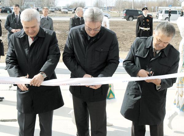 (слева направо) В. Алекперов, В. Гайзер и А. Тян открывают «Рассвет»