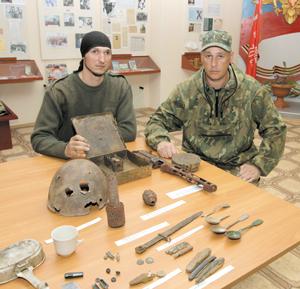 Юрий (справа) и Дмитрий с новыми экспонатами в музее