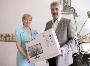 Ю. Медведев и Т. Жура с подарком