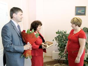 Л. Щербакова (в центре) и Д. Воронков поздравляют Л. Гнатюк