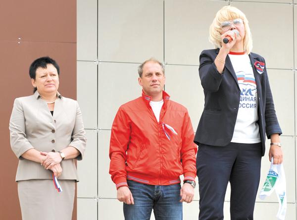 Т. Капийчук (справа), Т. Анисимова и Н. Кулябов поздравляют земляков с праздником