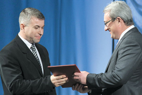 В. Гайзер вручает заслуженную награду сотруднику «ЛУКОЙЛ-Коми» А. Белкину