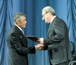 В. Гайзер вручает заслуженную награду сотруднику «ЛУКОЙЛ-Коми» Ф. Сафину