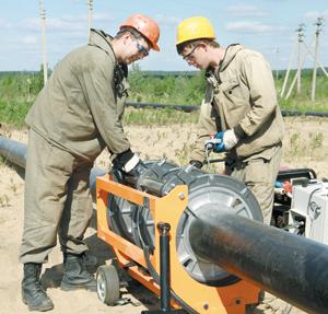 монтаж нового пластикового трубопровода на Усинском месторождении