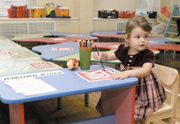 Воспитанница детского сада облюбовала новый столик