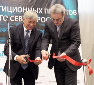 В. Пак (слева) и В. Гайзер открывают форум
