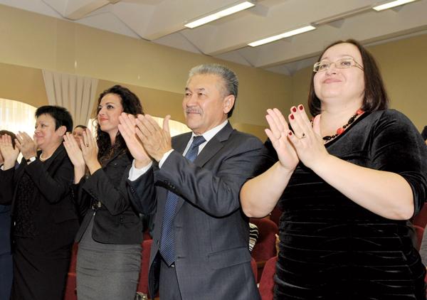 В зрительном зале (справа налево) О. Филиппова, А. Тян, Е. Лясковская и заместитель главы Усинска Т. Анисимова