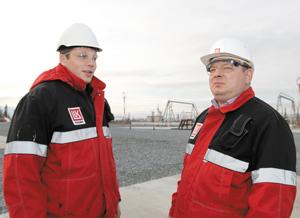 Р. Якименко (справа) и технолог цеха А. Черенев на объекте