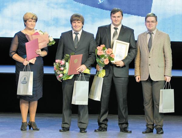 Ряду сотрудников филиала на праздничном вечере вручались награды – (слева направо) Г. Ищенко, М. Рожкин, А. Волков и проректор УГТУ Г. Коршунов