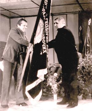 А. Титову (справа) переходящего Красного Знамени Министерства геологии СССР