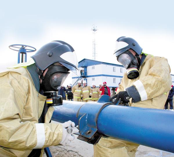 Участники соревнований занимаются восстановлением герметичности трубопровода, устраняя последствия «аварии»