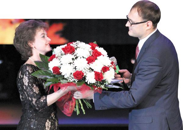 А. Костылев вручает цветы Т. Атерлей