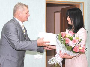 Директор детского дома С. Лунгу принимает поздравления от Ю. Каршицкого