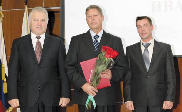 (слева направо) П. Оборнков, В. Стеценко и председатель ОПО ООО «ЛУКОЙЛ-Коми» А. Еремеев на церемонии награждения