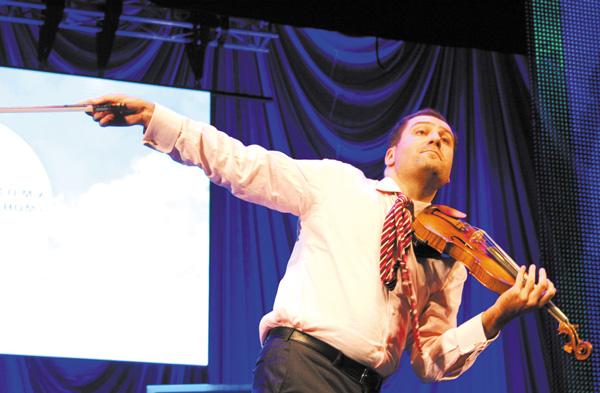 Дмитрий Коган со скрипкой «Робрехт», легендарным творением мастера Гварнери