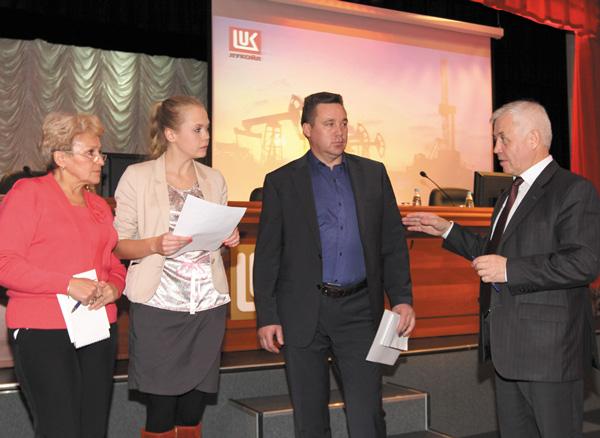 В. Царьков (крайний справа) проводит интерактивное занятие с членами профактива в Усинске