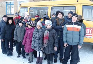 Сосногорские школьники возле лукойловского автобуса