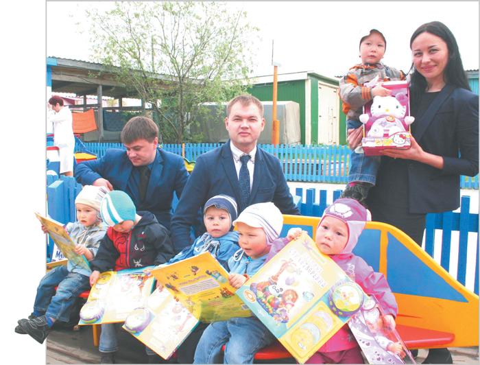 представители СМС ТПП «ЛУКОЙЛ-Севернефтегаз» с малышами из Дома ребенка