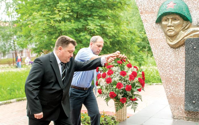 В. Митюшников (слева) и Н. Кулябов - с почтением к погибшим
