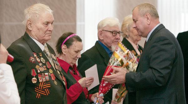В. Безрук поздравляет усинских ветеранов (слева направо – Ш. Юмагулов, А. Артемова и Р. Сибагатуллин)
