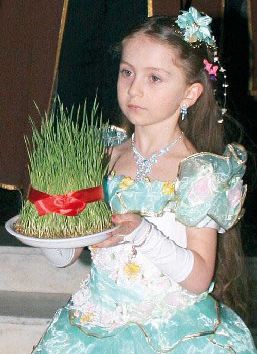 юная участница праздника с символом Новруза