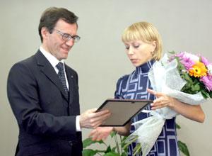 А. Хабибуллин вручает диплом Н. Сарычевой