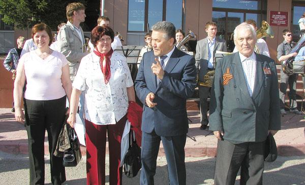 (слева направо) Ч. Попова, ответственный секретарь Совета ветеранов В. Дурасова, А. Тян и участник Великой Отечественной войны Ш. Юмагулов