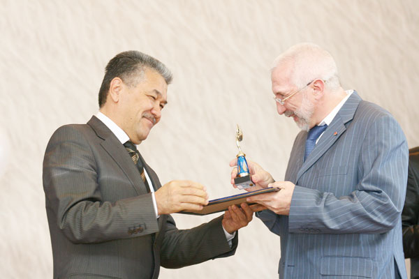 А. Тян (слева) вручает награду Д. Несанелису