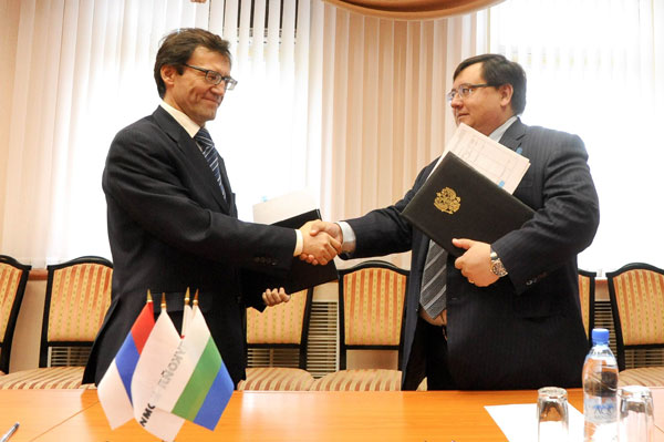 А. Хабибуллин (слева) и О. Казарцев после подписания соглашения
