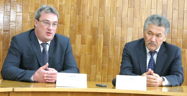 В. Гайзер (слева) и мэр г. Усинска А. Тян во время пресс-конференции
