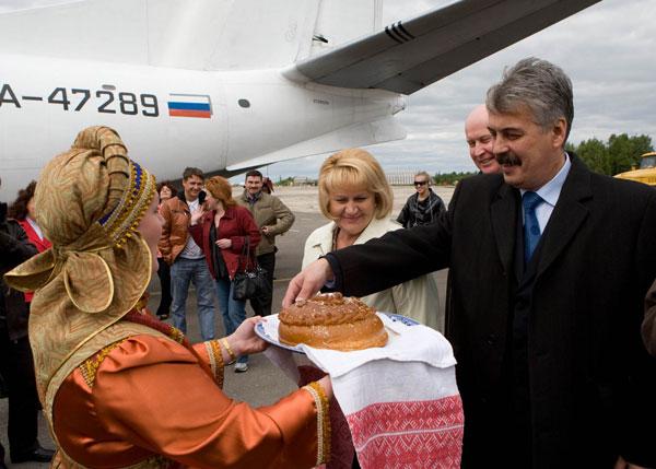 Т. Полякова и Ю. Медведев принимают хлеб-соль в аэропорту Ухты