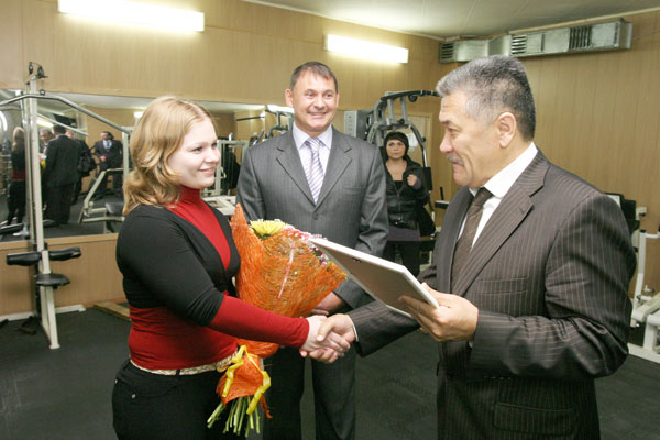 А. Тян поздравляет Е. Овчарову (в центре – Ю. Петухов)