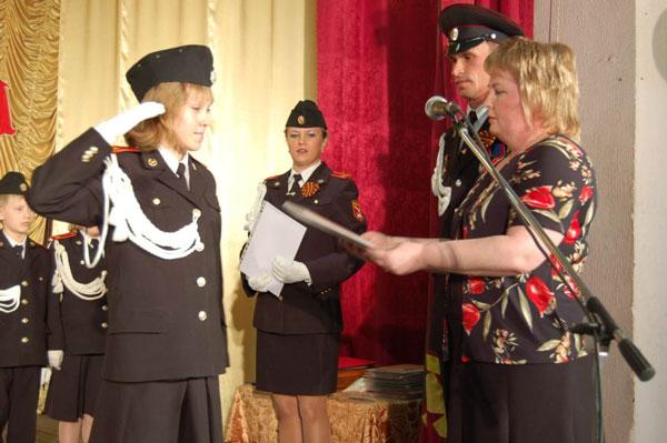 Л. Федотова (справа) поздравляет одного из лучших кадетов – Марию Хозяинову