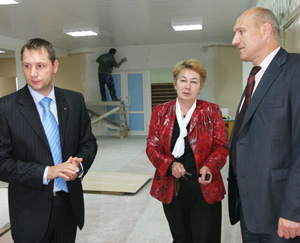 В. Гудок (слева), Т. Каракчиева и А. Падалка знакомятся с ходом ремонтных работ