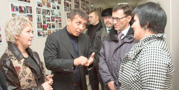 (слева направо) М. Павлова, И. Леонов, А. Хабибуллин и руководитель Дома культуры Г. Приявко