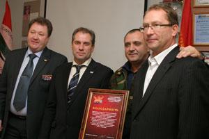 (слева направо) С. Новоселов, Н. Кулябов, В. Клюпа и руководитель ТРК «Усинск», депутат Совета города М. Серов в момент награждения