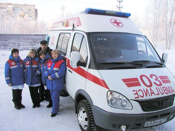 бригада медиков на фоне утепленной «скорой»