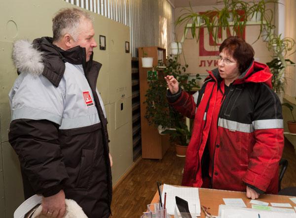 П. Оборонков беседует с машинистом технологических насосов ЦППН-1 Н. Гробовиковой в операторной нефтеперекачивающей станции